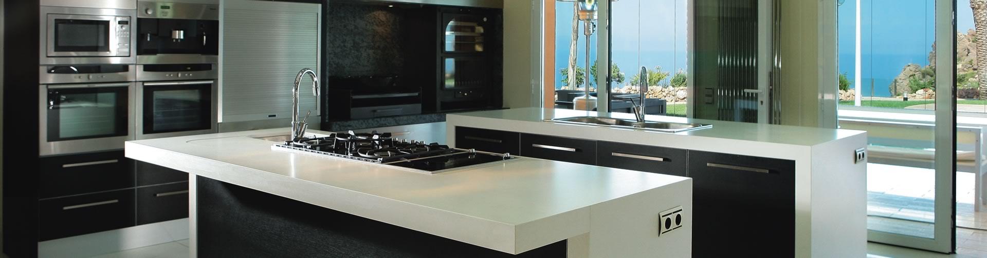 Cocina en blanco y negro de silestone